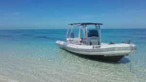 Notre Taxi-Boat au mouillage au bord de la plage.